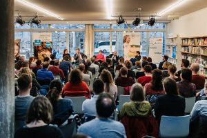 Panel zu Demokratiefähigkeit der Jugend mit Madeleine Hofmann und Gregor Gysi